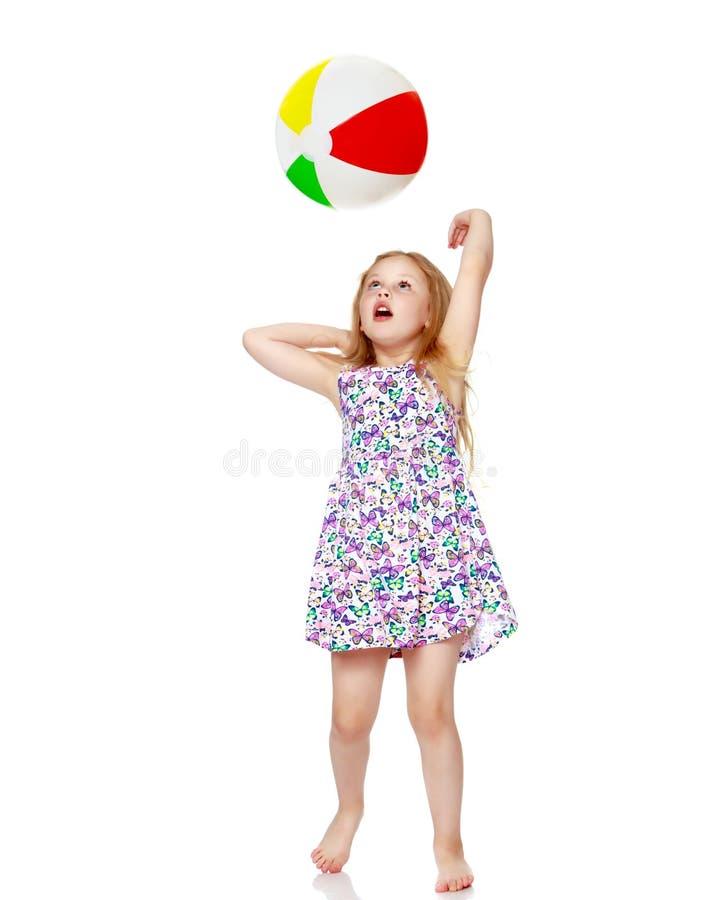 小女孩使用与球 库存图片