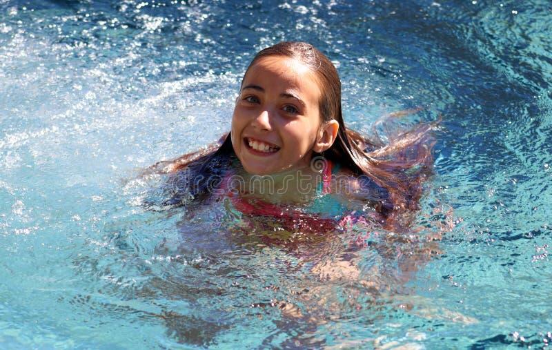 小女孩使用在水池的嫉妒孩子在热带手段在Los Cabos墨西哥 库存照片