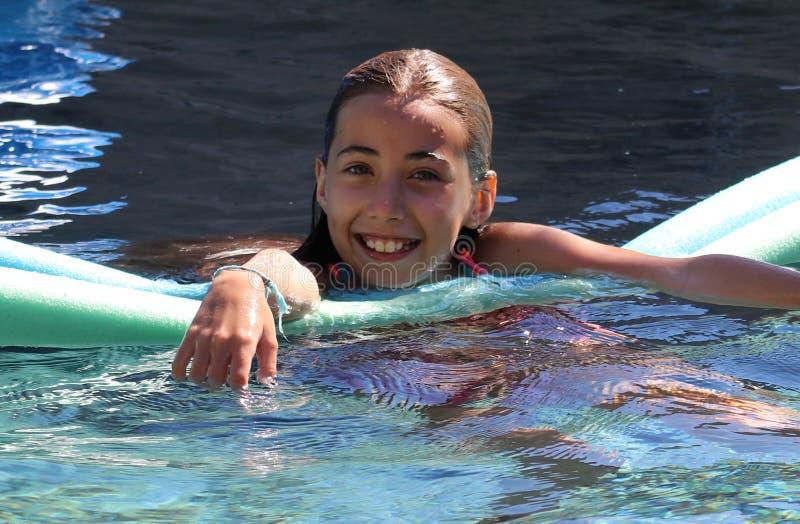 小女孩使用在水池的嫉妒孩子在热带手段在Los Cabos墨西哥 图库摄影