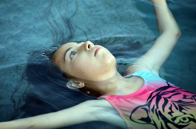 小女孩使用在水池的嫉妒孩子在热带手段在Los Cabos墨西哥 库存图片