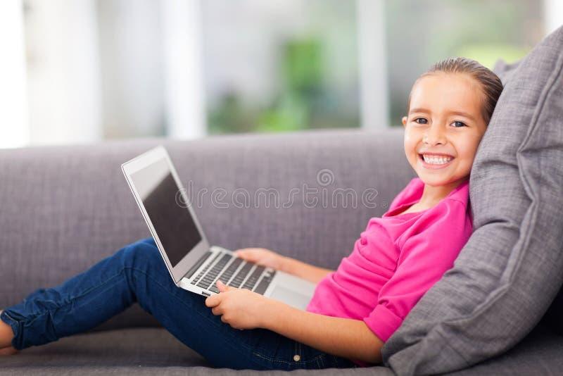 小女孩便携式计算机 库存图片
