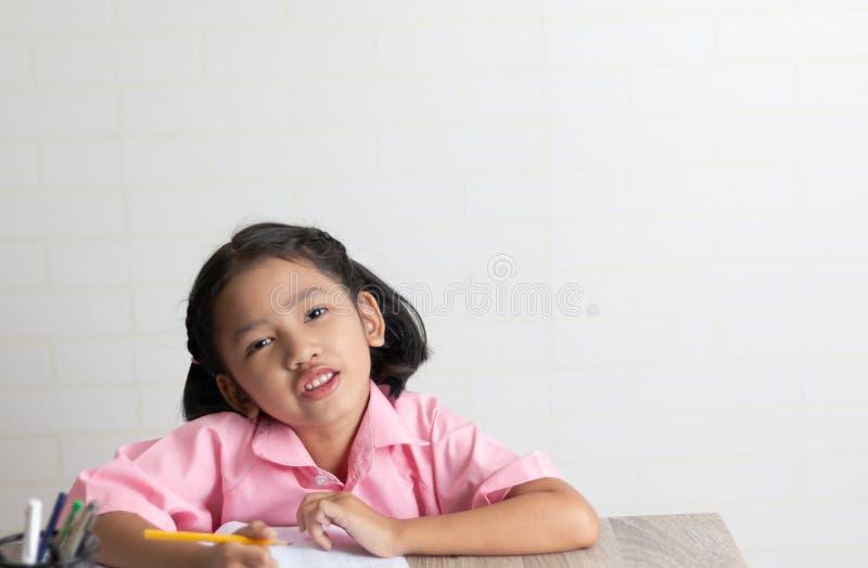 小女孩做着家庭作业 免版税库存照片