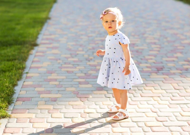 小女孩充当公园 免版税图库摄影