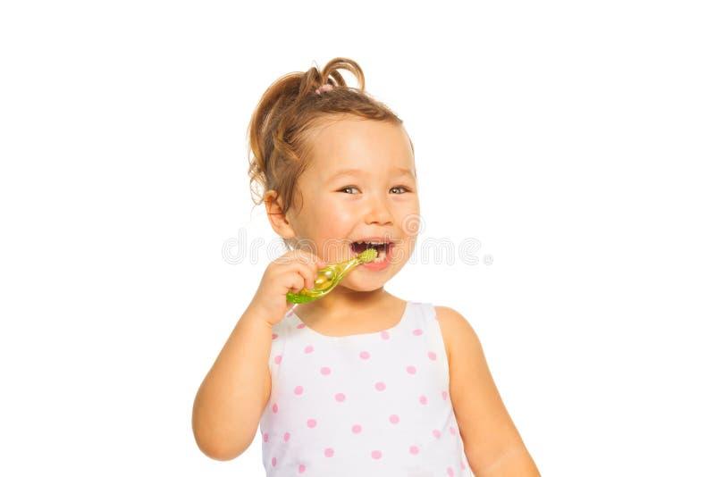 小女孩刷子她的牙 免版税图库摄影