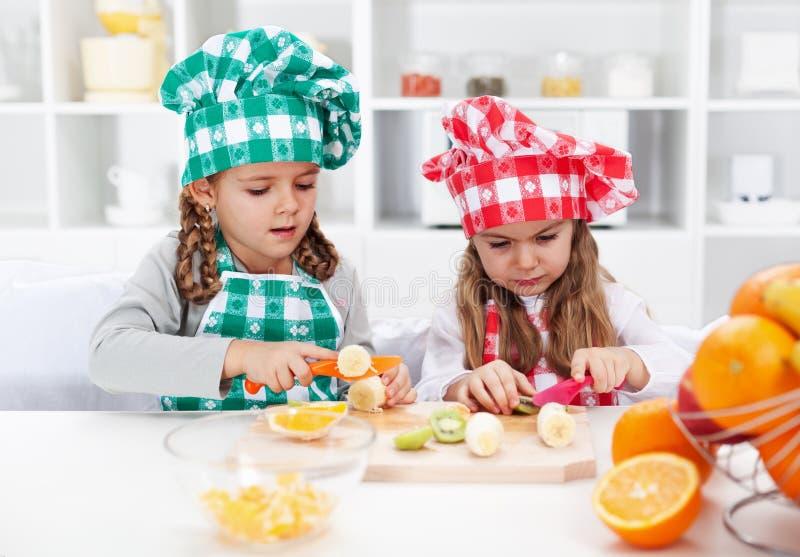 小女孩厨师在厨房里 库存图片
