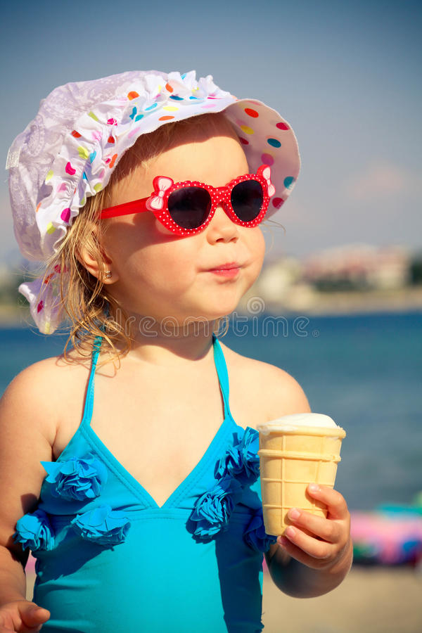 小女孩吃冰淇凌 免版税库存图片