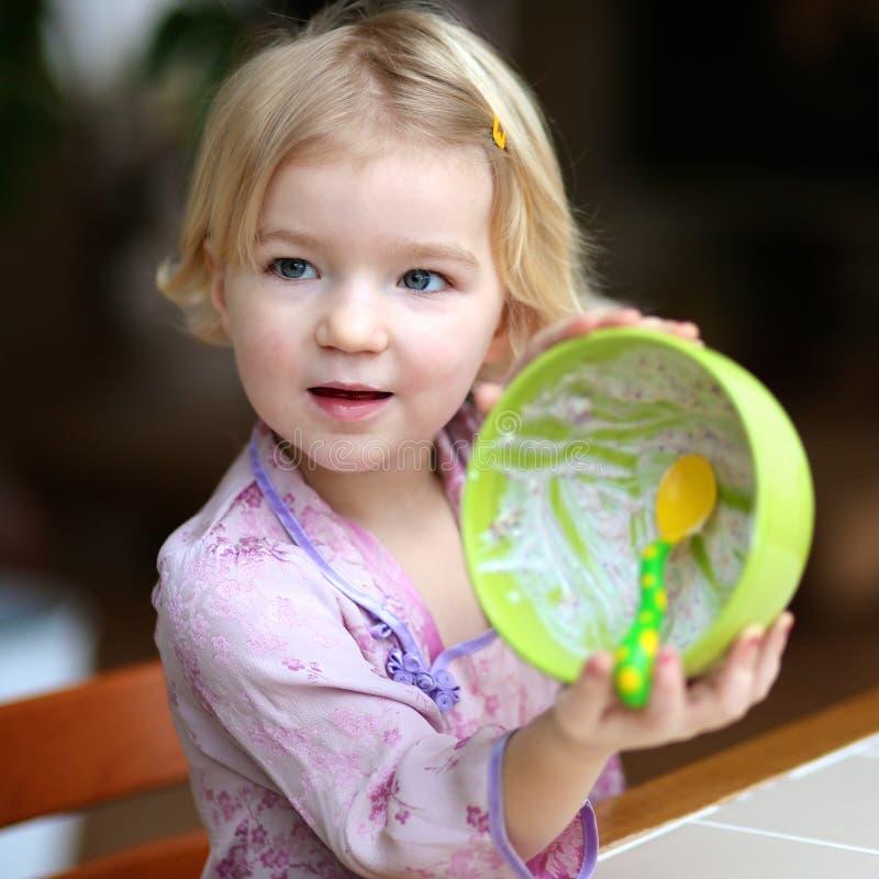 小女孩吃muesli用酸奶早餐 免版税图库摄影