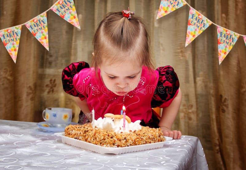 小女孩吹的蜡烛 免版税库存图片