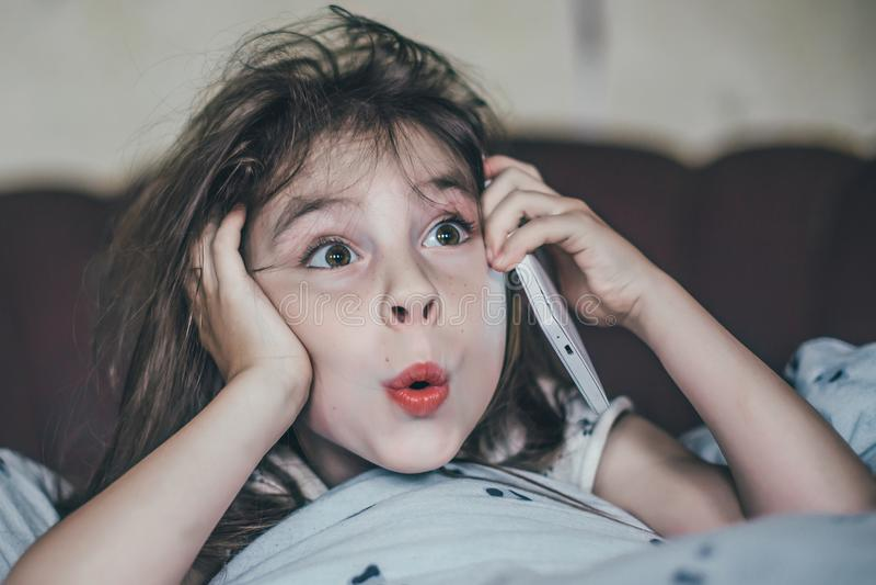 小女孩告诉由移动电话 免版税库存图片