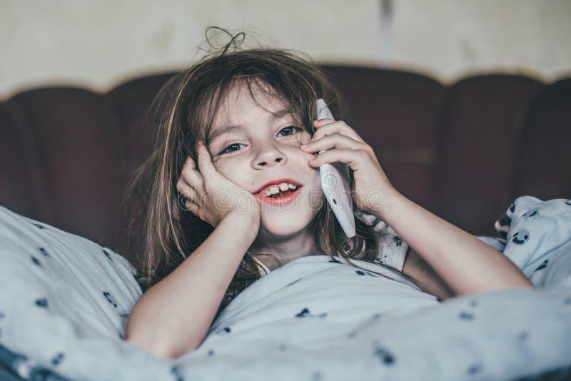 小女孩告诉由移动电话 免版税库存照片