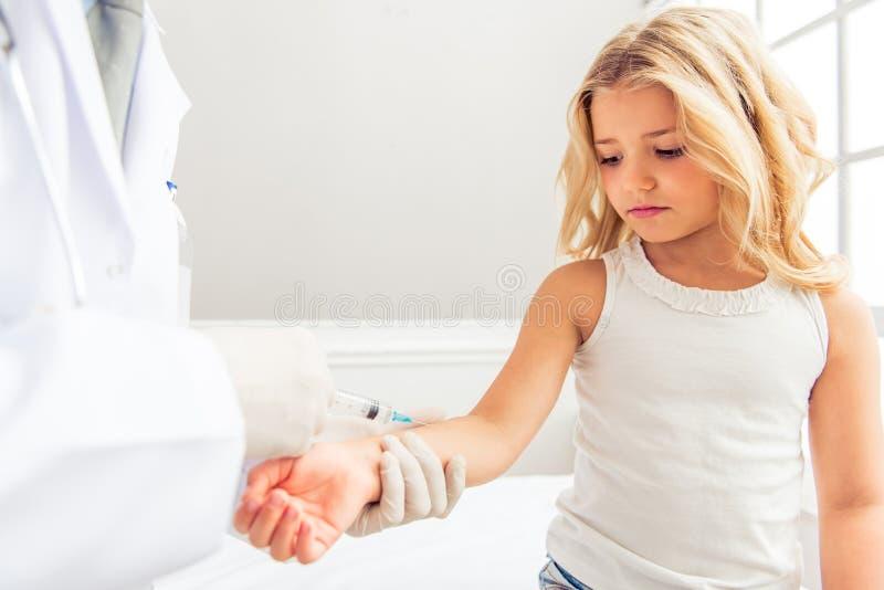 小女孩和儿科医生 免版税库存照片