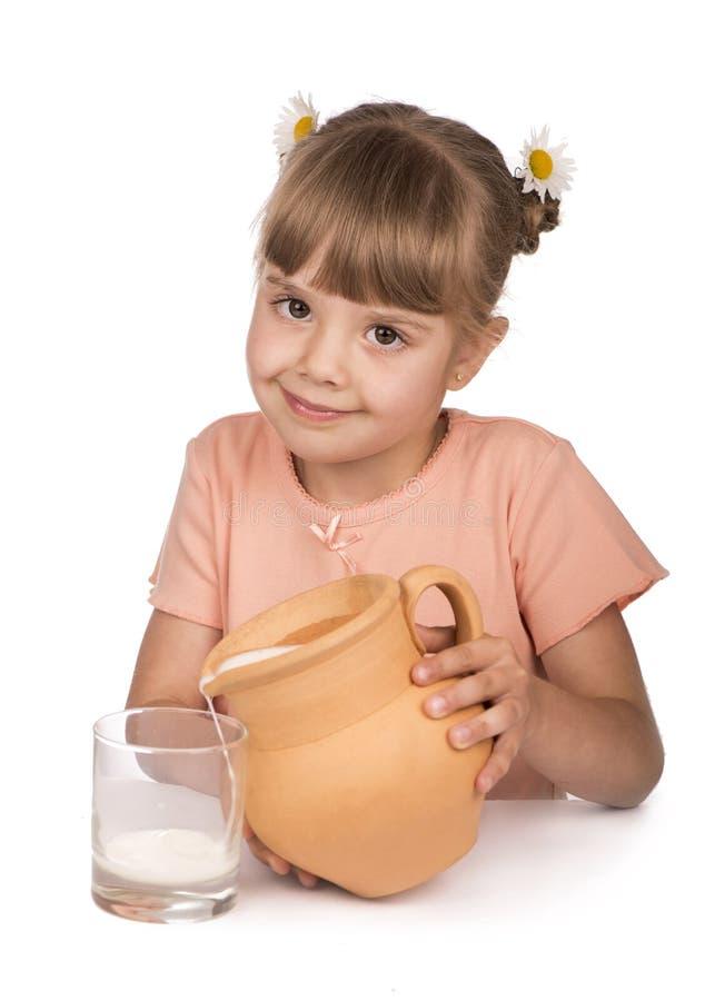 小女孩和牛奶 免版税库存图片