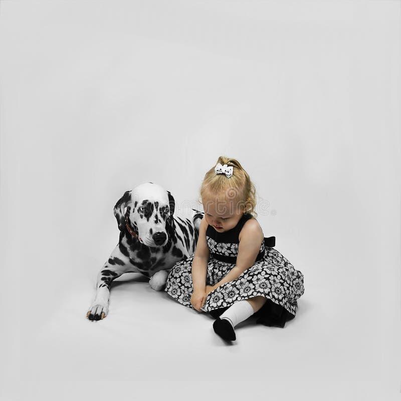 小女孩和狗达尔马提亚狗 库存图片