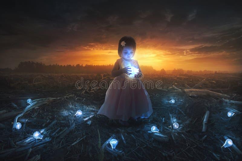 小女孩和电灯泡 免版税图库摄影