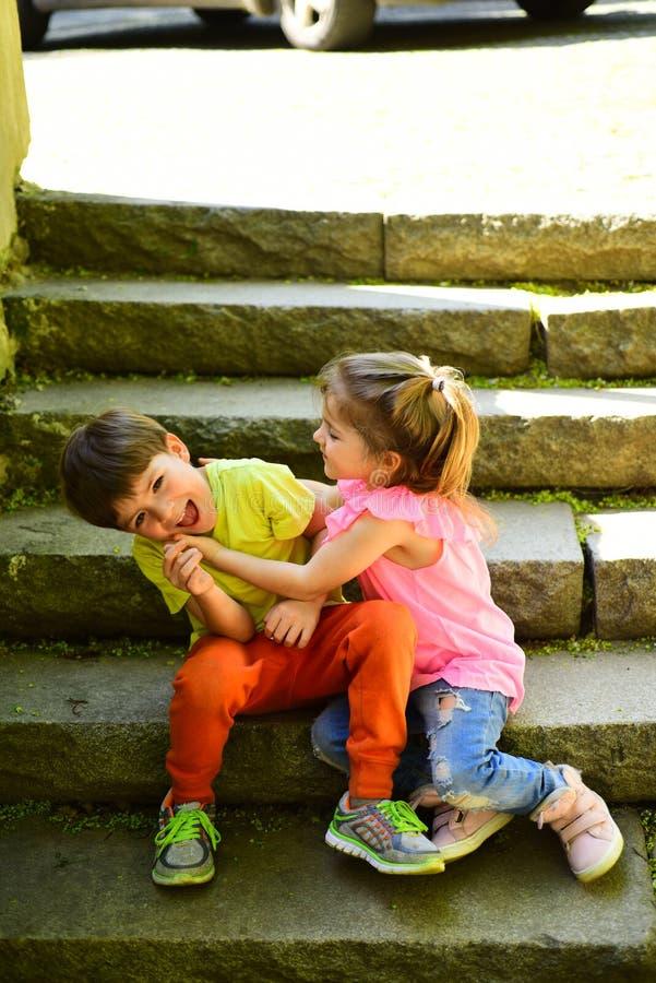 小女孩和男孩台阶的 关系 暑假和假期 童年首先爱 小孩夫妇  免版税图库摄影