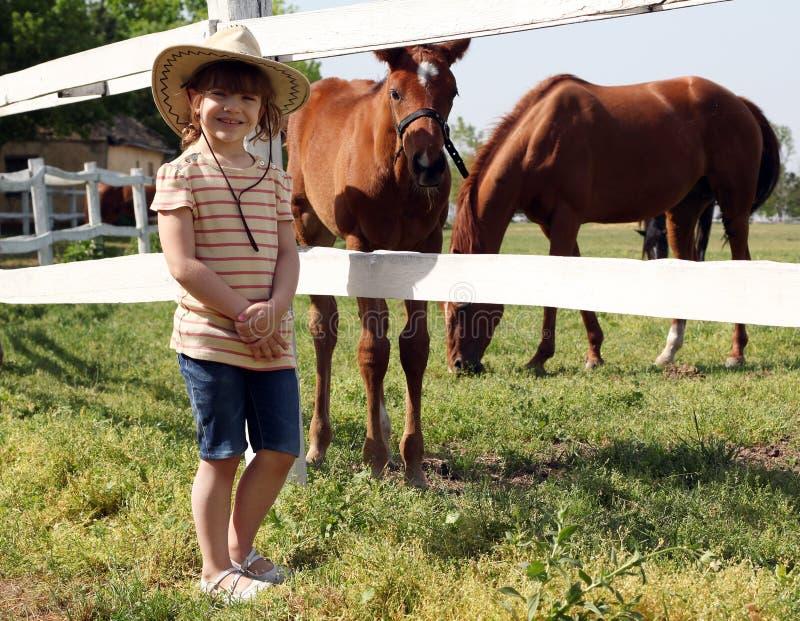 小女孩和驹在农场 库存图片