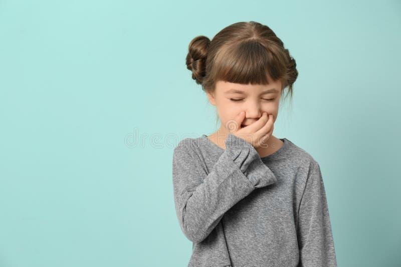 小女孩咳嗽 免版税库存图片