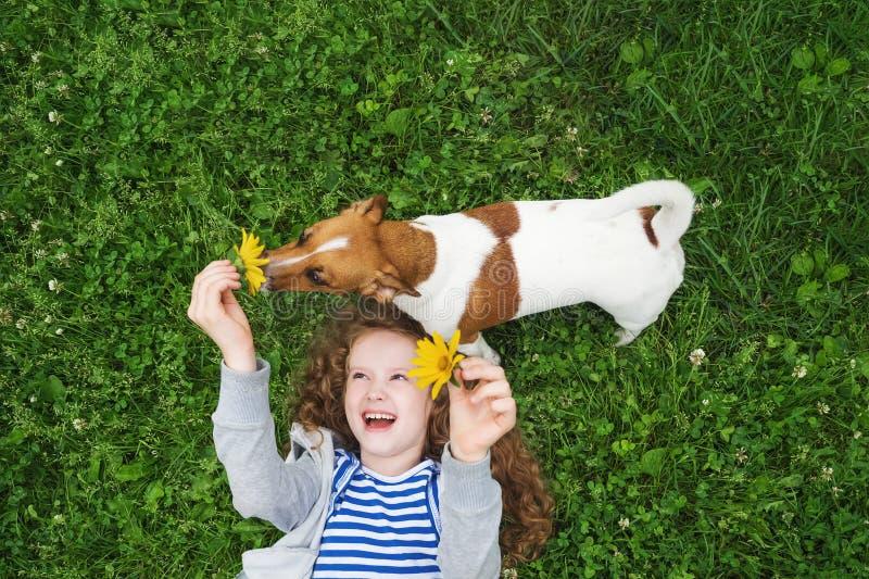 小女孩喜欢使用与她的小狗 免版税库存图片