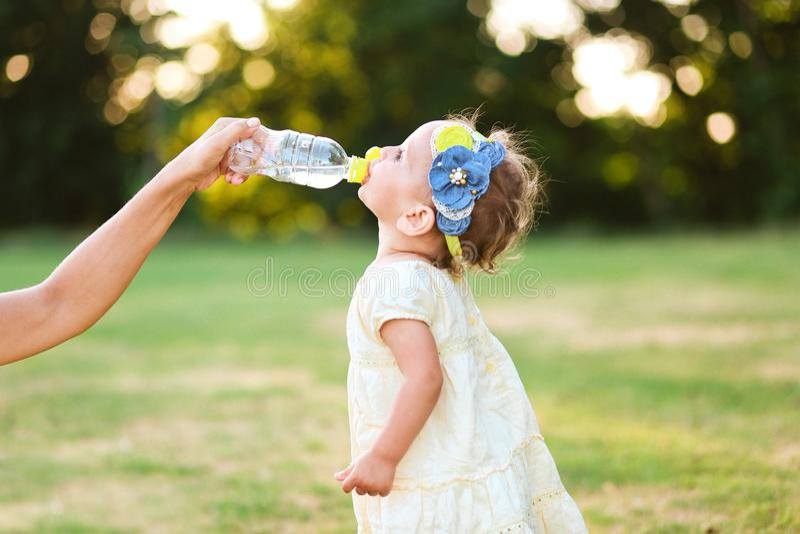 小女孩喝水瓶母亲手图片