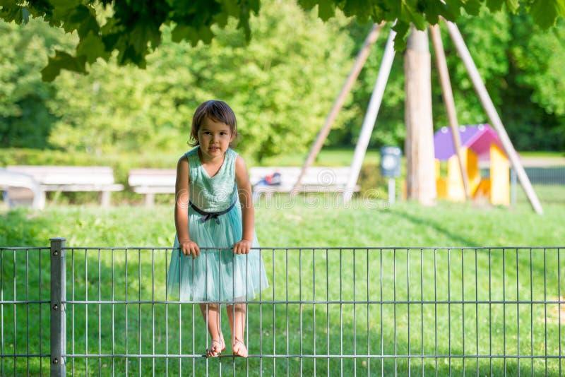 小女孩在公园 免版税库存照片