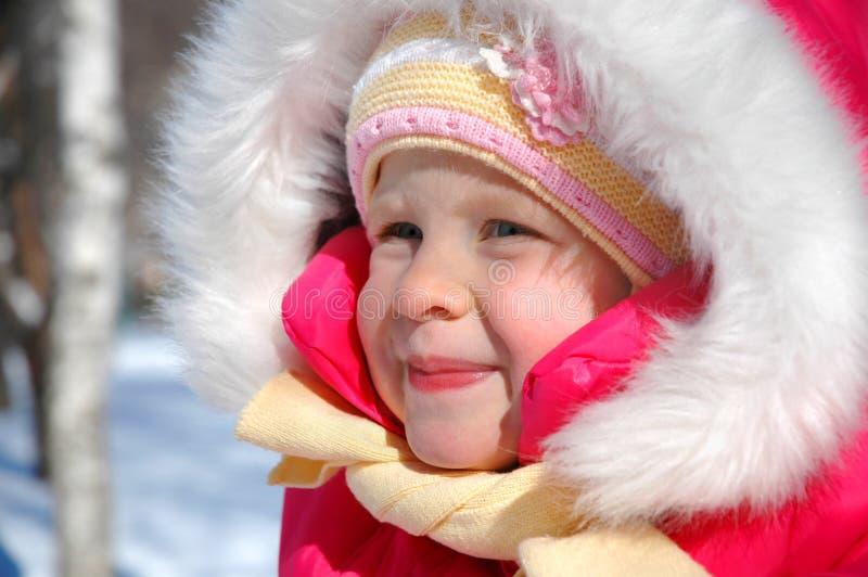 小女孩在冬天公园 免版税库存图片