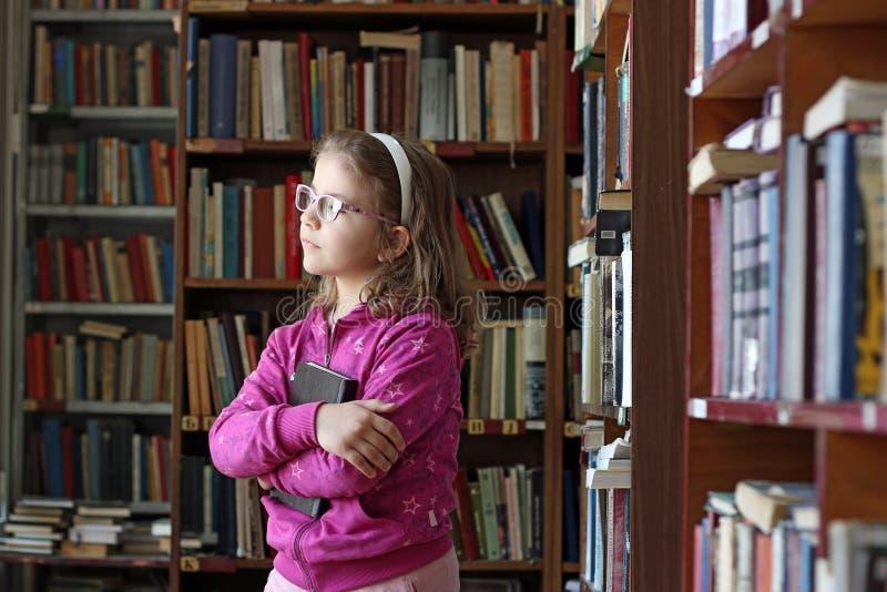 Download 小女孩在图书馆里 库存图片. 图片 包括有 图书馆, 女性, 女孩, 子项, 教育, 知识, 藏品, 纵向 - 62535383