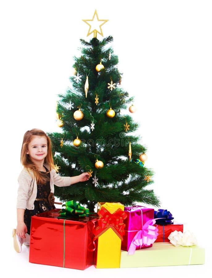 小女孩在圣诞树下 免版税库存照片