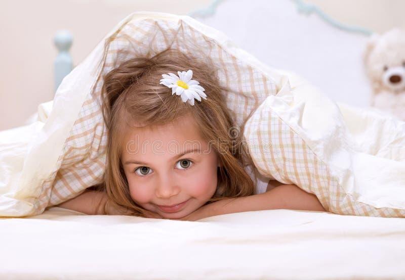 小女孩在床上 免版税库存图片