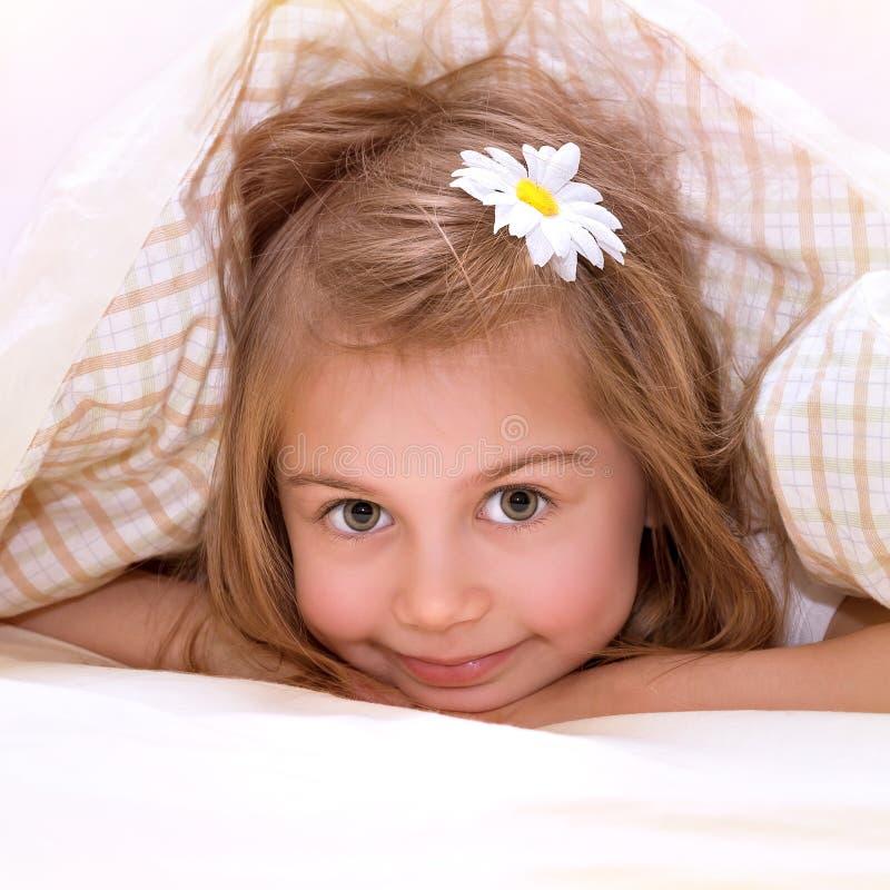 小女孩在床上 库存照片