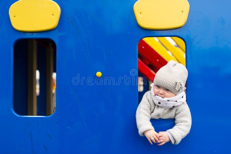 小女孩在游乐园 免版税库存图片