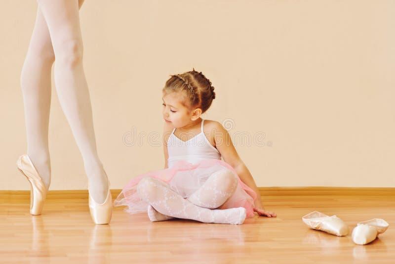小女孩在芭蕾学校 免版税库存图片