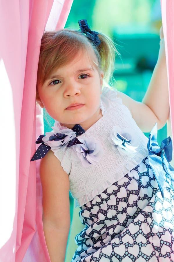 小女孩坐在视窗 免版税库存图片