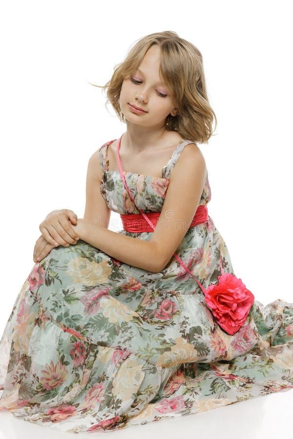 小女孩坐演播室地板 免版税库存照片