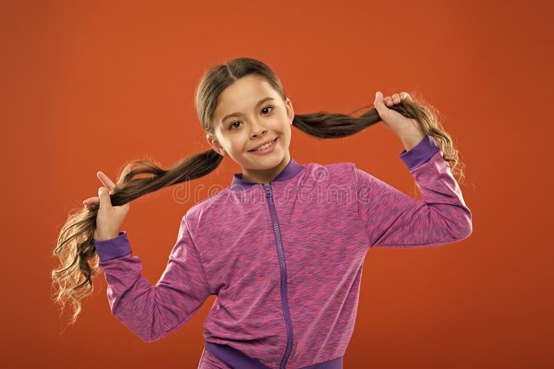 小女孩孩子 孩子的美发师 o r 孩子时尚和运动服 库存照片