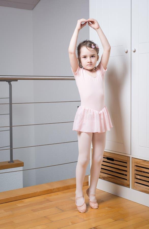 小女孩实践的芭蕾 免版税库存图片