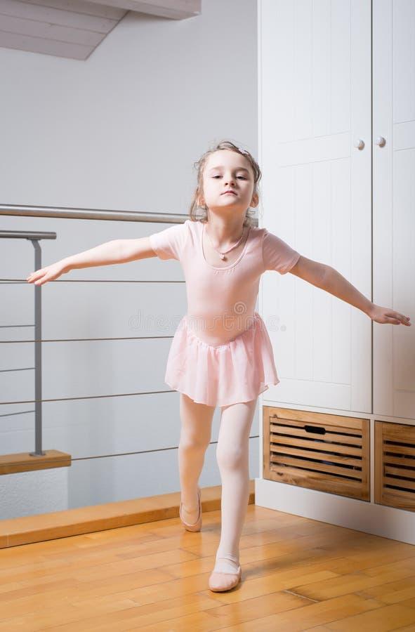 小女孩实践的芭蕾 免版税图库摄影