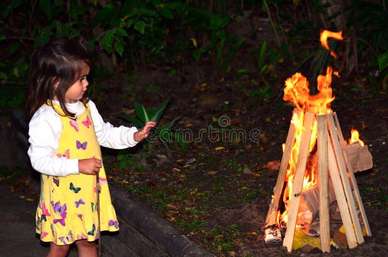 小女孩庆祝滞后Ba'Omer犹太假日 免版税图库摄影
