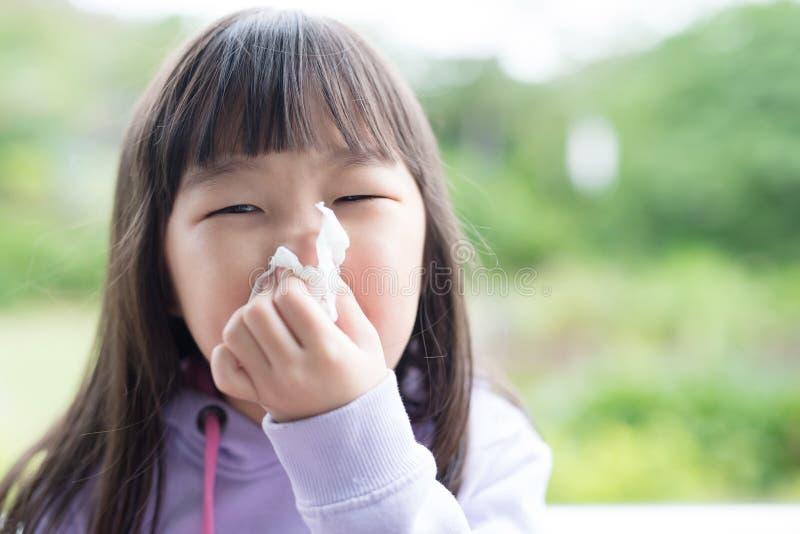 小女孩得到寒冷 库存照片