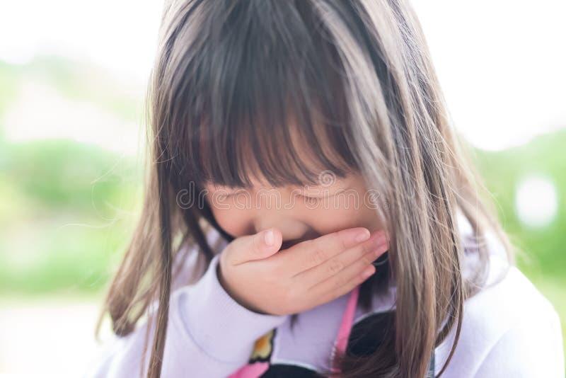小女孩得到寒冷 图库摄影