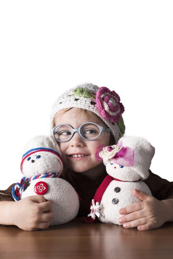 小女孩感觉愉快使用与她的玩偶 免版税库存照片