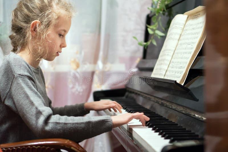 小女孩戏剧钢琴 免版税库存图片
