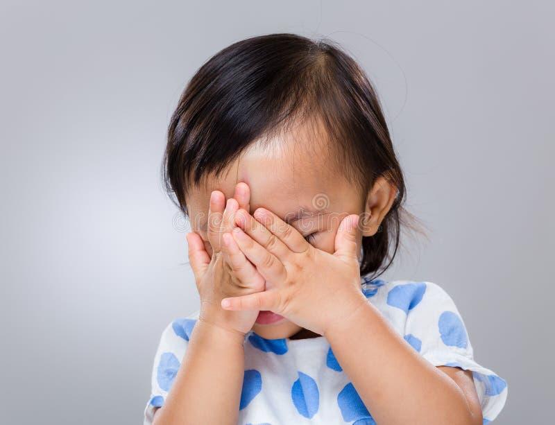 小女孩手包括她的面孔 免版税库存照片