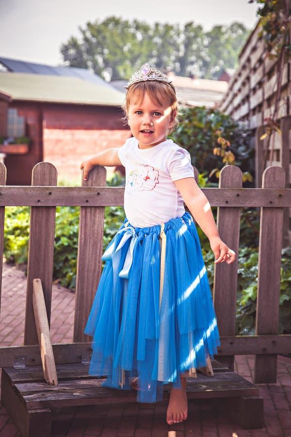 小女孩打扮作为公主 免版税库存图片