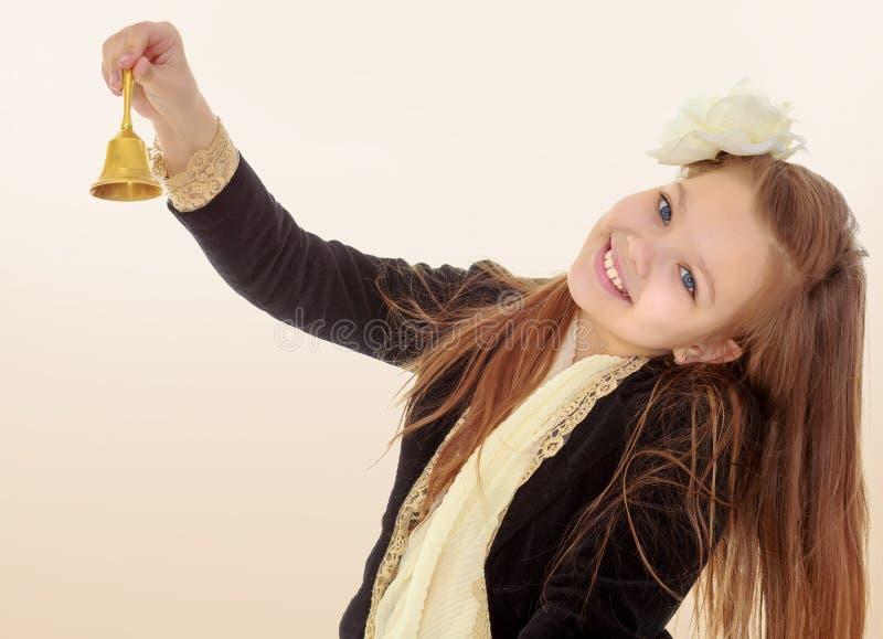 小女孩敲响响铃 免版税库存图片