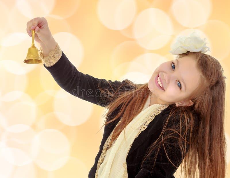 小女孩敲响响铃 库存图片