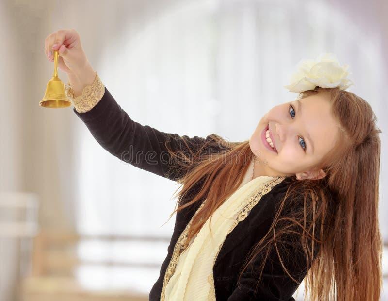 小女孩敲响响铃 库存照片