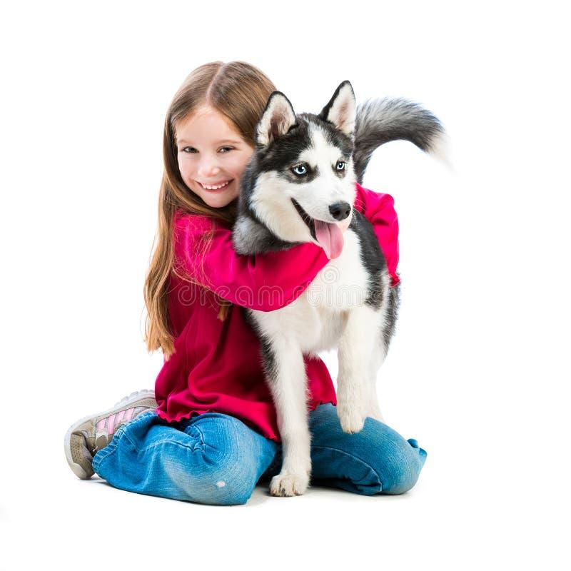 小女孩是与多壳的狗 免版税库存图片