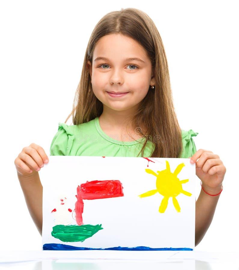 小女孩显示她的绘画 免版税库存图片