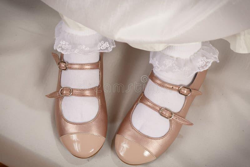 小女孩有白色袜子的桃子鞋子 库存照片