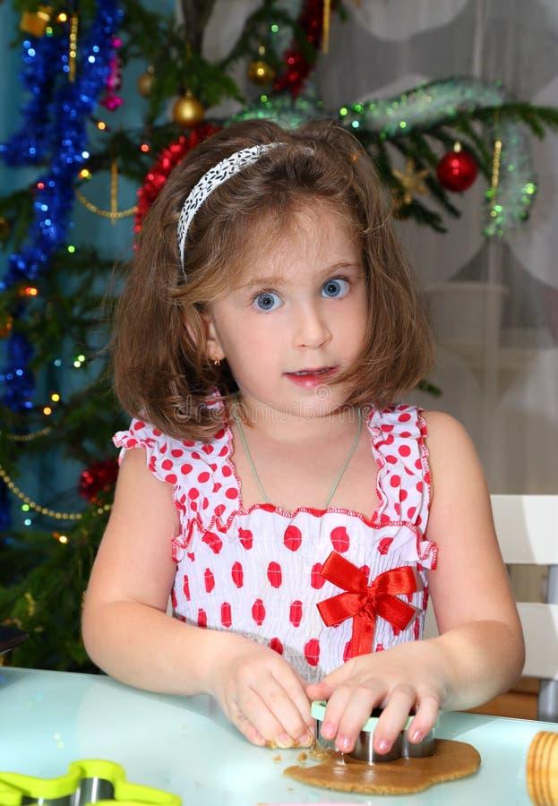 小女孩烘烤圣诞节曲奇饼 库存照片